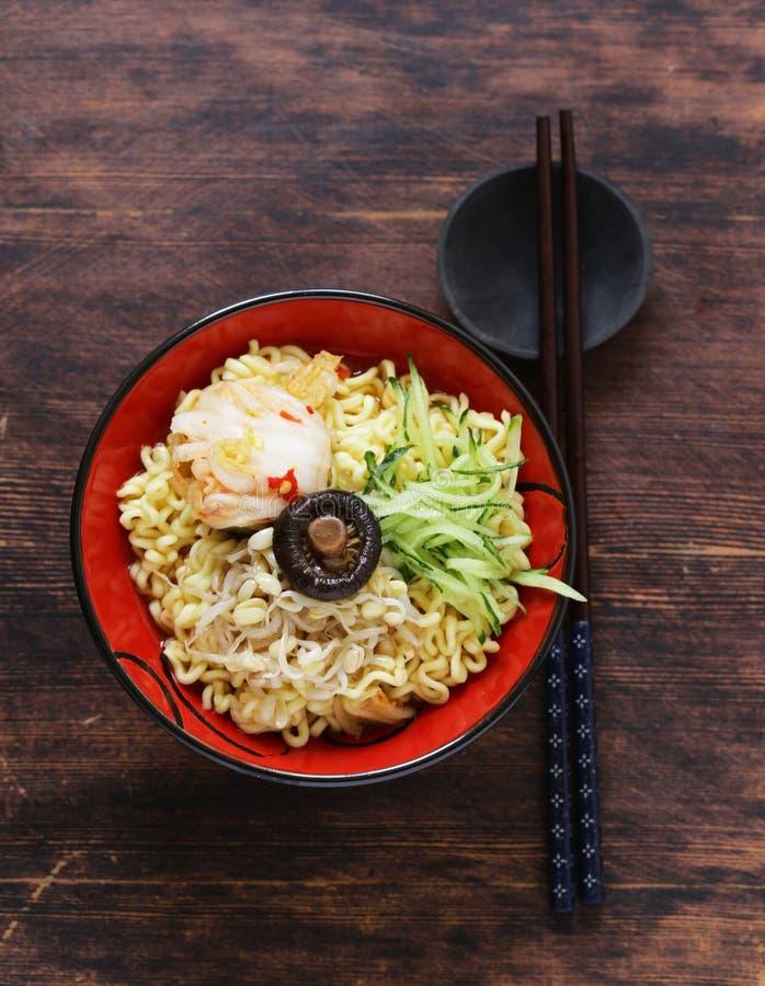 Tagliatelle di ramen piccanti dell'alimento asiatico fotografie stock libere da diritti
