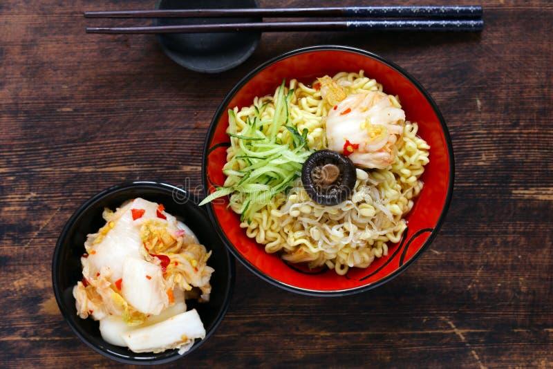 Tagliatelle di ramen piccanti dell'alimento asiatico fotografie stock