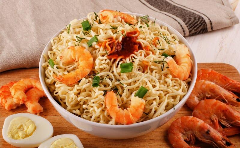 Tagliatelle di riso con i gamberetti fotografia stock