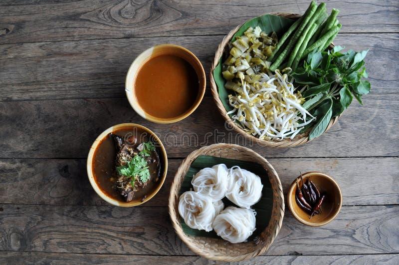 Tagliatelle di riso con la salsa piccante del porco fotografia stock libera da diritti