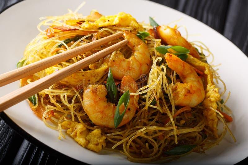 Tagliatelle di riso fritto piccanti con la salsiccia, i gamberetti ed il primo piano delle verdure su un piatto orizzontale fotografia stock