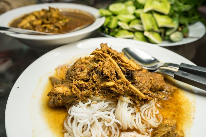 Tagliatelle di riso in salsa di curry del pesce piccante con le verdure immagine stock libera da diritti