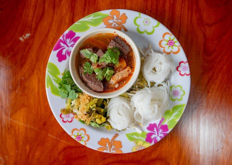 Tagliatelle di riso tailandesi con la salsa piccante della carne di maiale, alimento tailandese immagini stock libere da diritti