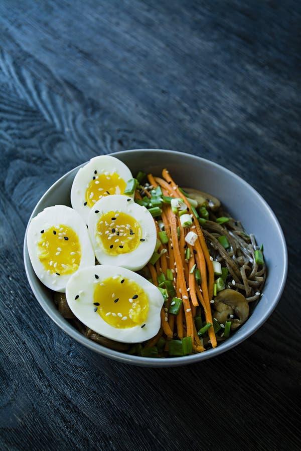 Tagliatelle di soba del grano saraceno con salsa e piatti laterali in brodo Alimento giapponese Cucina asiatica Fondo di legno ne immagini stock