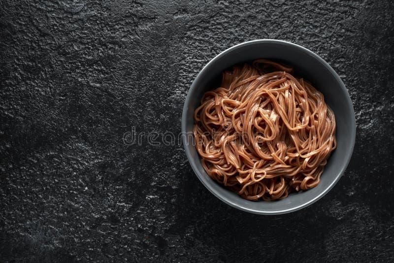 Tagliatelle di Soba, grano saraceno su una ciotola nera Alimento giapponese tradizionale immagine stock libera da diritti