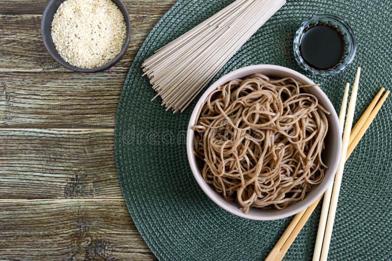 Tagliatelle fredde del grano saraceno di soba con salsa e sesamo Alimento giapponese Cucina asiatica tradizionale - tagliatelle d fotografie stock libere da diritti