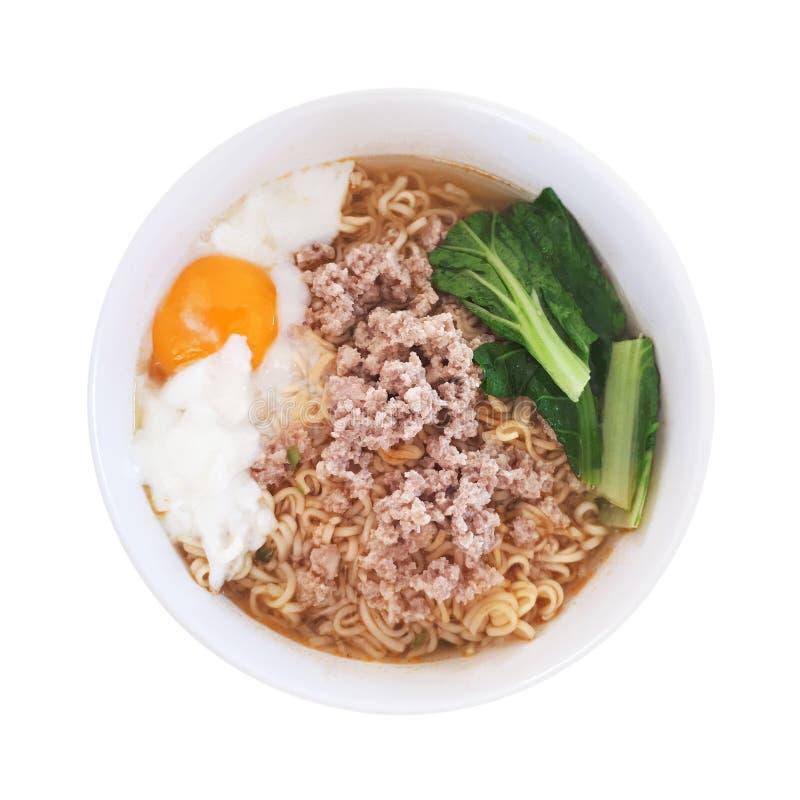 tagliatelle istantanee in ciotola con l'uovo sodo e la carne di maiale tritata isolati su bianco fotografie stock libere da diritti