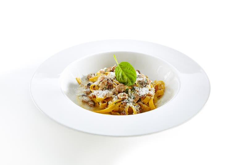 Tagliatelle italiane casalinghe con lo stufato del fungo e l'iso dei tartufi immagini stock
