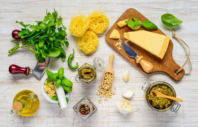 Tagliatelle met Parmezaanse kaaskaas en Pesto stock foto's