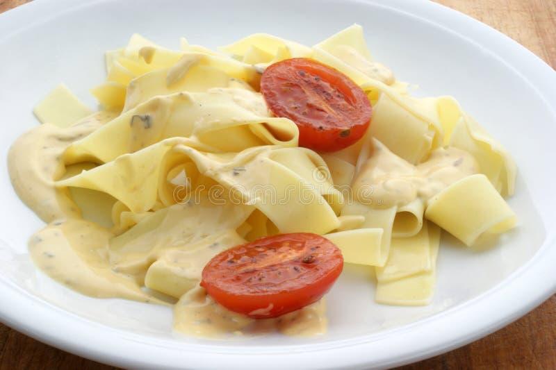 Tagliatelle mit frischer organischer Tomate stockbild