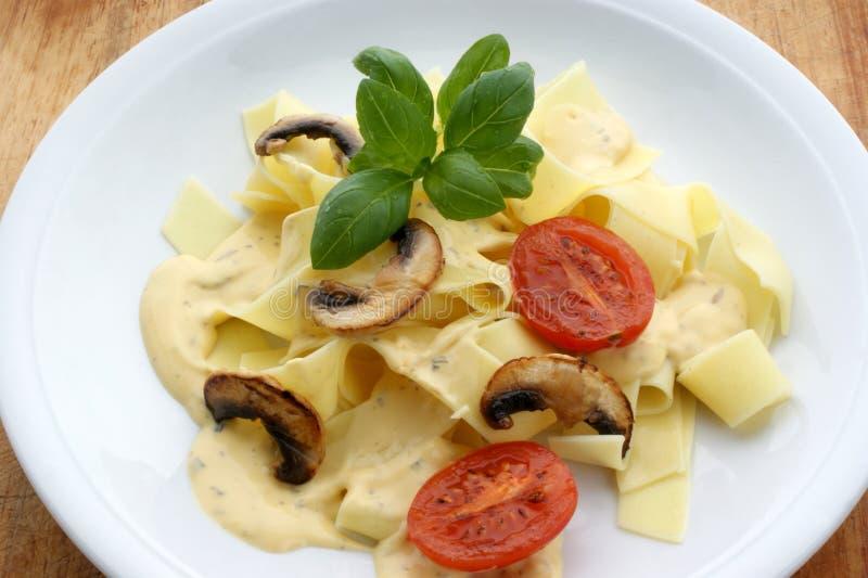 tagliatelle mit organischer Tomate stockfoto