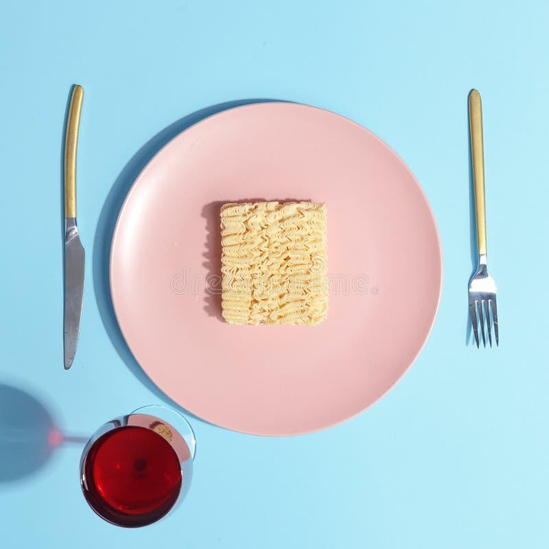 Tagliatelle su un piatto rosa Concetto di Minimalistic Vista superiore immagini stock libere da diritti