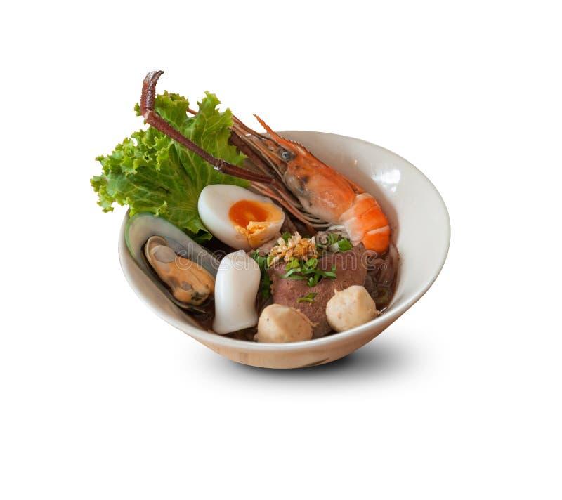 Tagliatelle tailandesi con frutti di mare e carne di maiale su fondo bianco fotografia stock