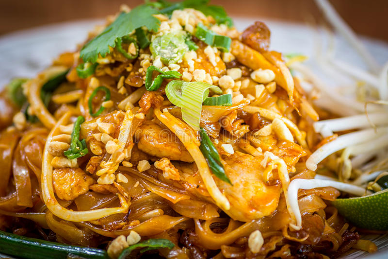 Tagliatelle tailandesi del rilievo del pollo fotografia stock libera da diritti