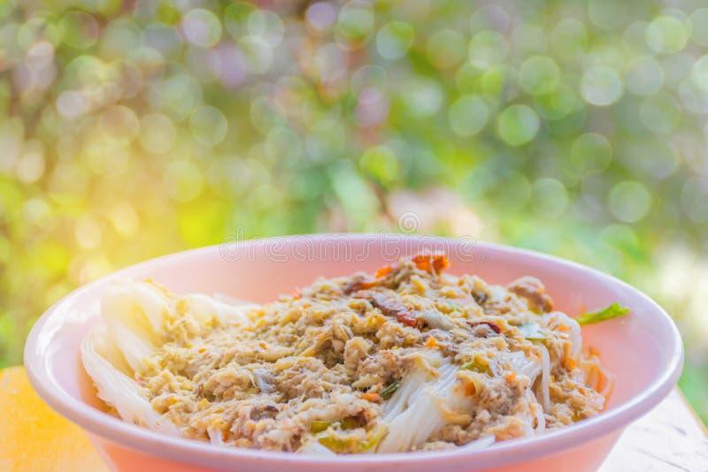 Tagliatelle vaghe e molli di morbidezza astratta del fuoco di riso con la salsa di pesce piccante, miscela del pesce del curry co fotografie stock