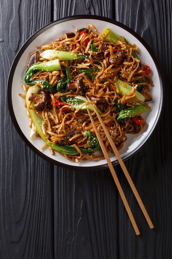 Tagliatelle vegetariane asiatiche del udon dell'alimento con il cavolo cinese del bambino, i funghi di shiitake, il sesamo ed il  fotografie stock