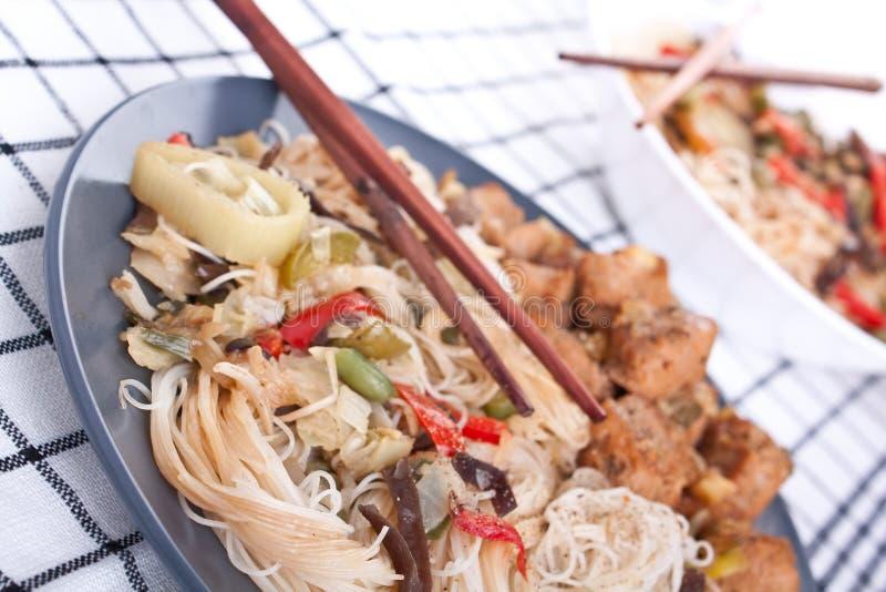 Tagliatelle, verdure e carne della soia immagini stock