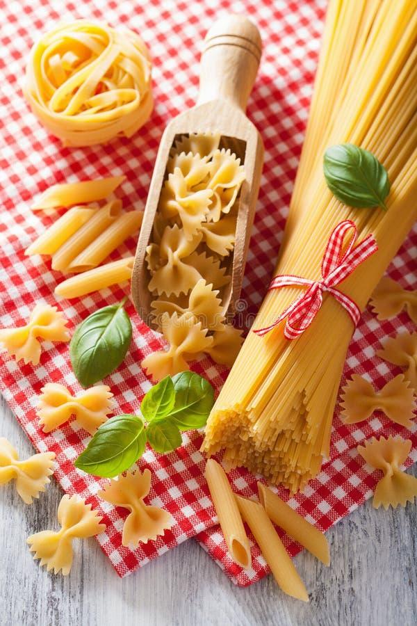 Tagliatelles crues de penne de spaghetti de farfalle de pâtes Cuisine italienne images stock