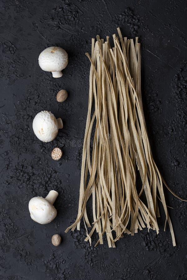 Tagliatelles faites maison crues avec les champignons et la noix de muscade photographie stock