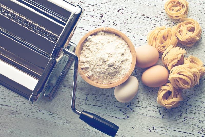 Tagliatelles, oeufs et machine de pâtes photo stock