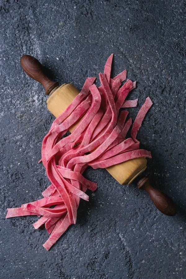 Tagliatelles roses faites maison fraîches de pâtes photographie stock libre de droits