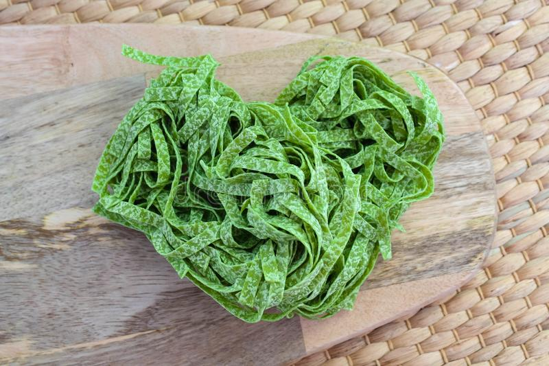 Tagliatelles vertes crues italiennes de pâtes d'épinards de préparation images stock