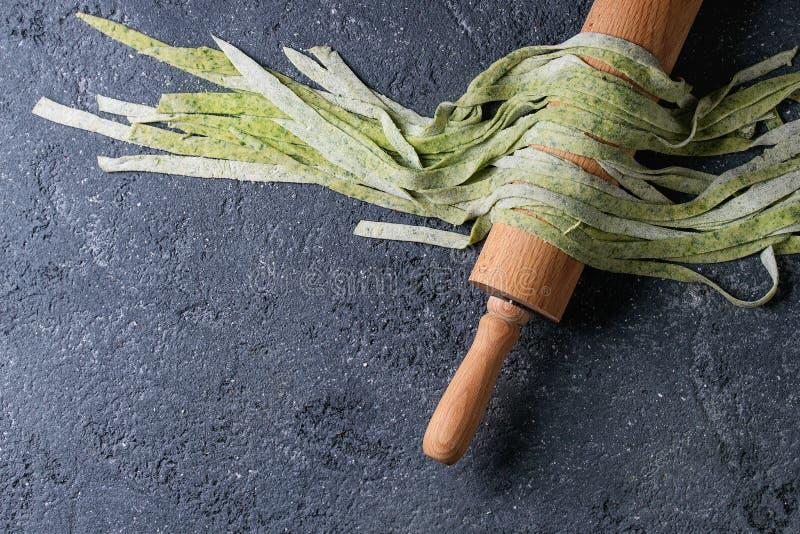 Tagliatelles vertes faites maison fraîches de pâtes image stock