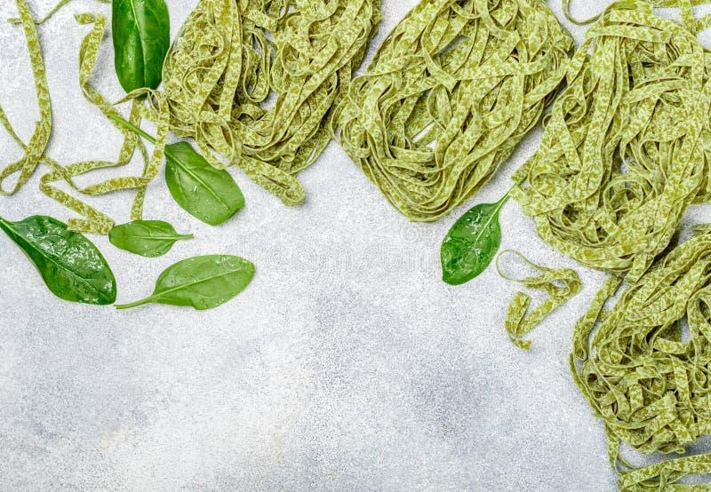 Tagliatelles vertes italiennes faites maison crues de pâtes Nouilles sèches images stock