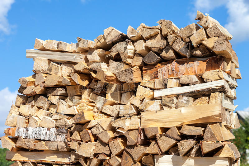 Tagliato ed impilato su legna da ardere asciutta fotografie stock