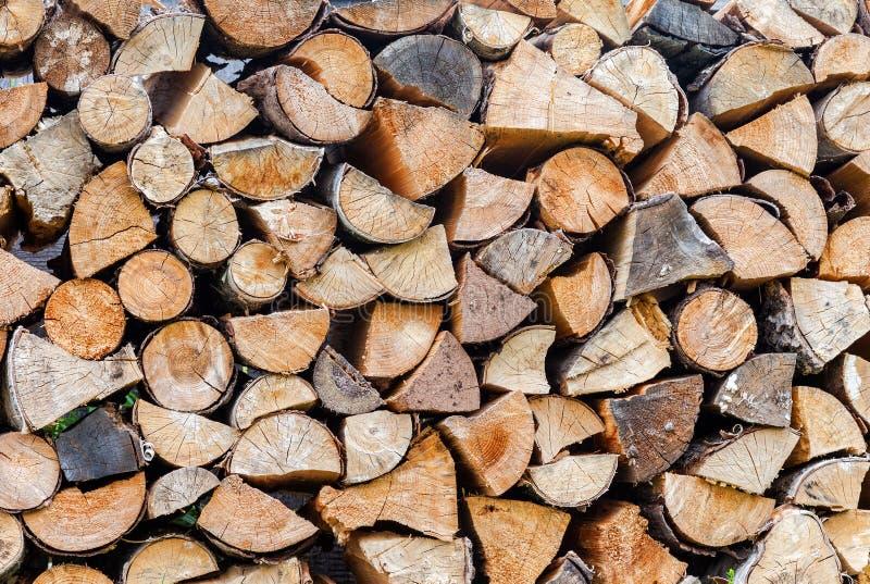 Tagliato ed impilato su legna da ardere asciutta fotografia stock libera da diritti