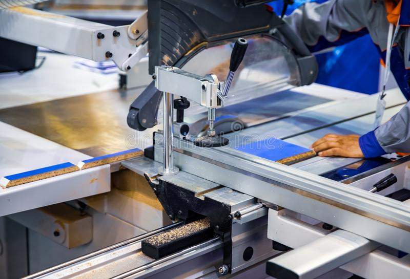 Tagliatrice del legno di funzionamento del lavoratore del carpentiere Macchina utensile di legno di falegnameria di CNC, tecnolog fotografia stock libera da diritti