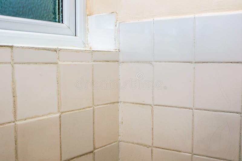 Tagliatura errata Terribile operazione di riparazione e messa a terra di una piastrella da bagno fotografia stock