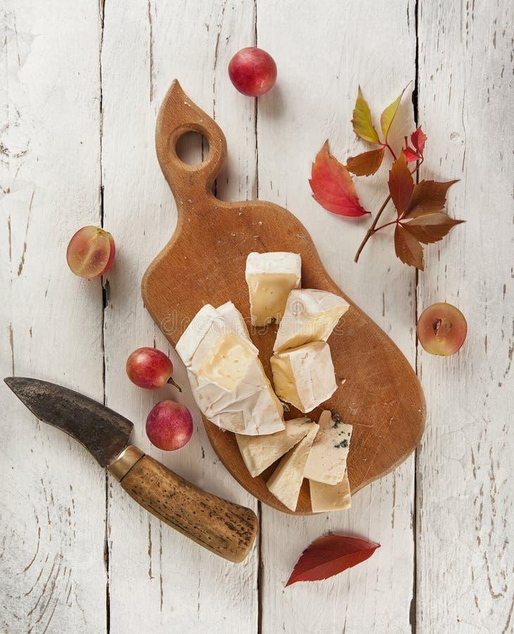 Tagliere con differenti generi di formaggi fotografie stock