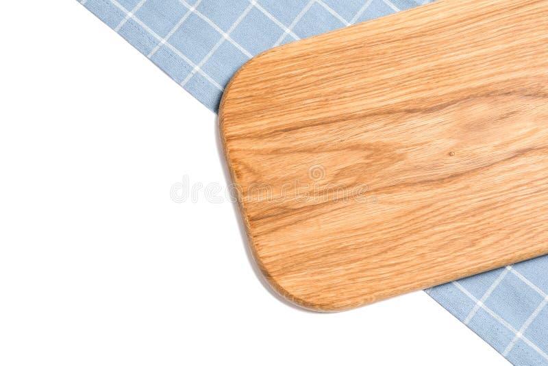 Tagliere con l'asciugamano di cucina su fondo bianco fotografia stock libera da diritti