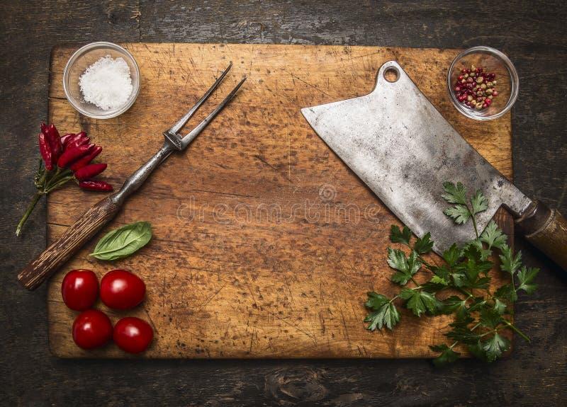 Tagliere di legno con i pomodori del sale del pepe della carne della forcella della carne di decespugliatore, fondo di legno rust fotografie stock libere da diritti