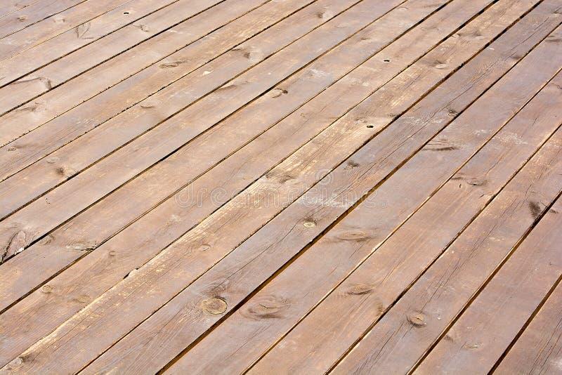 Tagliere di legno graffiato di marrone scuro Struttura di legno della priorità bassa Vecchia plancia di legno immagini stock libere da diritti