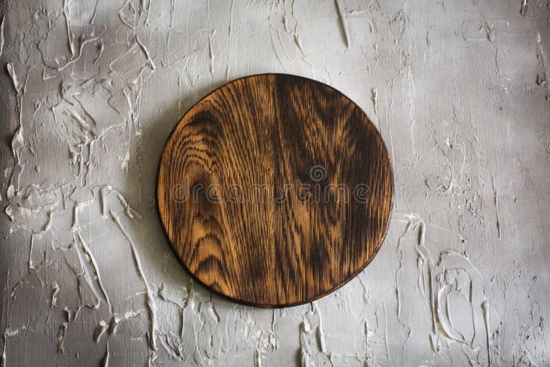Tagliere di legno su un fondo concreto immagini stock libere da diritti