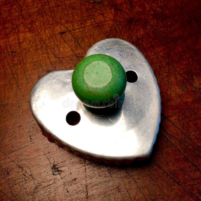Taglierina d'annata del biscotto con la maniglia di legno verde dipinta immagini stock