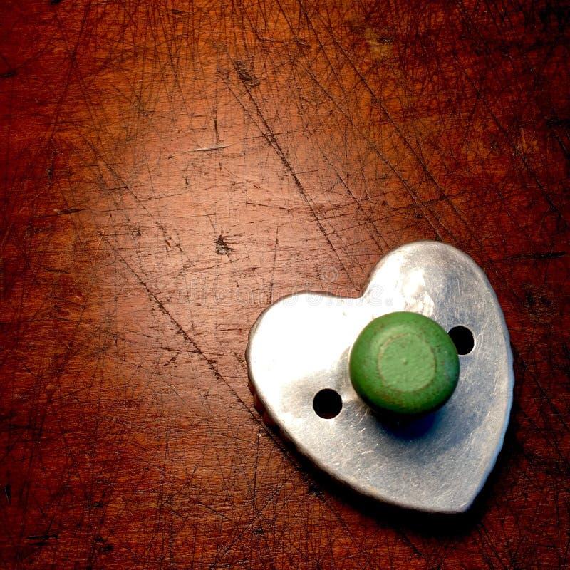 Taglierina d'annata del biscotto con la maniglia di legno verde dipinta fotografia stock libera da diritti