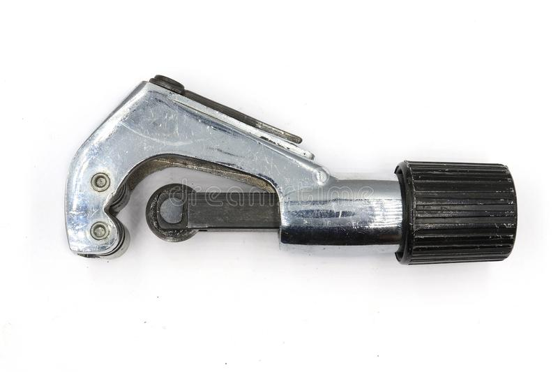 Taglierina di tubo del metallo, idraulico industriale che taglia un tubo di rame, taglierina di tubo isolata su fondo bianco fotografie stock libere da diritti