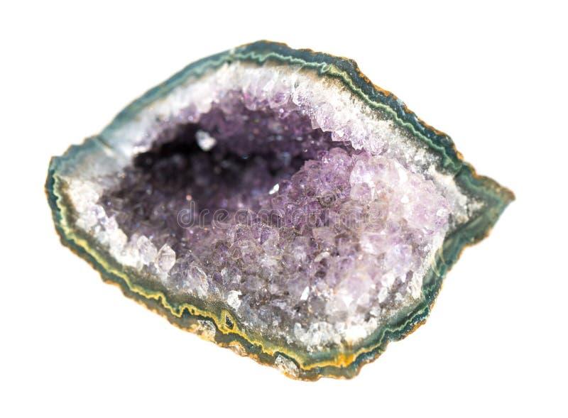 Taglio ametista della pietra, drusi dei cristalli isolati su fondo bianco immagini stock