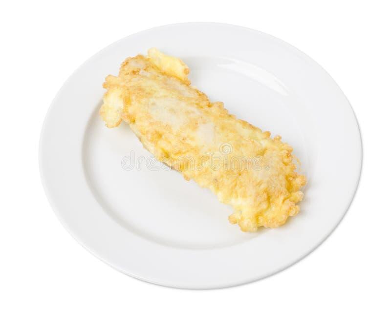 Taglio avariato delizioso del pollo in un piatto bianco immagine stock libera da diritti