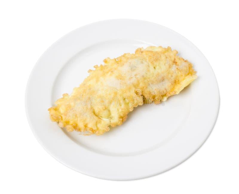 Taglio avariato delizioso del pollo in un piatto bianco fotografie stock