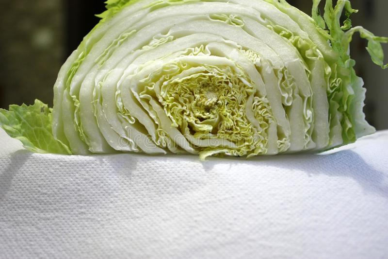 Taglio del cavolo cinese a metà su un asciugamano di Libro Bianco, primo piano fotografia stock libera da diritti