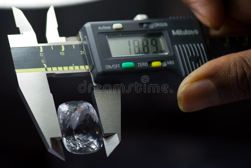 Taglio del diamante e fabbricazione di gioielli fotografie stock