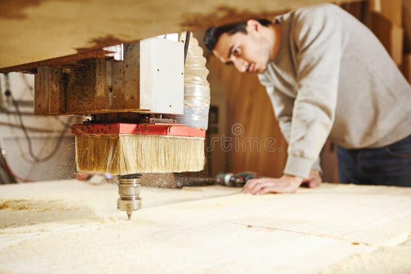 Taglio del legno facendo uso di una macchina con controllo numerico Strumento di CNC fotografia stock