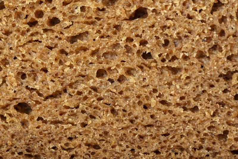 Taglio del pane nero fotografia stock
