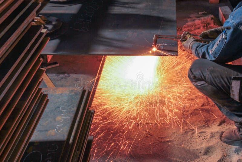 Taglio del piatto d'acciaio con la fiamma immagine stock