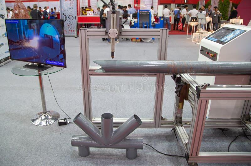 Taglio del tubo di CNC e macchina di smussatura immagini stock