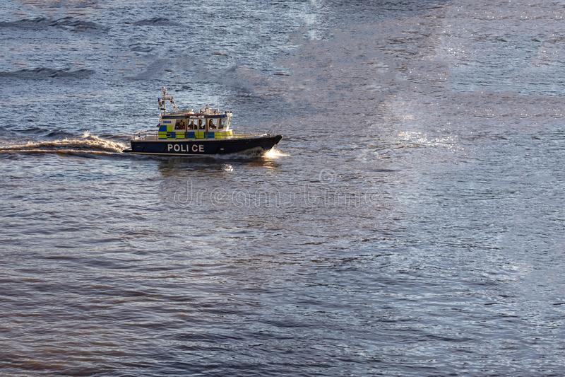 Taglio dell'incrociatore dello sceriffo attraverso l'acqua in una baia blu fotografia stock